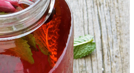 easy-iced-herbal-tea-with-fruit-and-mint